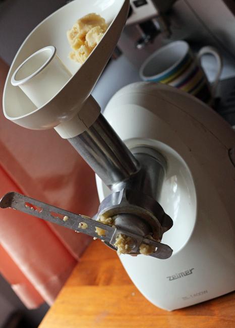 maszynka z założoną formą do ciastek